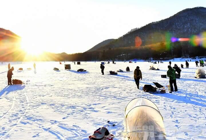 氷上ワカサギ釣り「涙の解禁」 赤城大沼 暖冬で10日遅れ
